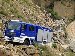 GKW auf Einsatzfahrt in einem Steinbruch